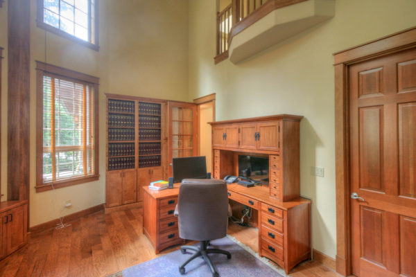 Large custom built office - built in bookshelves- Oregon