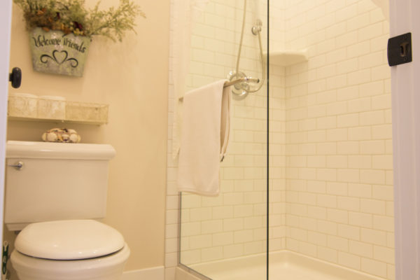 Clean white tile bathroom - Custom Oregon homes